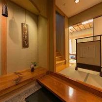 【離れ青巒荘「石楠花」】茶室、掘り炬燵の間など、二階造りの広々客室。入口。