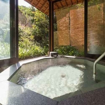 【貸切風呂「卯の花亭」】(※要予約、45分/3000円)湯涌温泉唯一の貸切温泉。