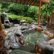 【殿方 露天風呂】岩風呂の露天風呂をお楽しみいただけます。