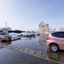 *駐車場/広々としたカースペース。ご宿泊のお客様は無料でご利用いただけます。