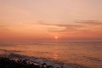 眼前の太平洋から昇る朝日