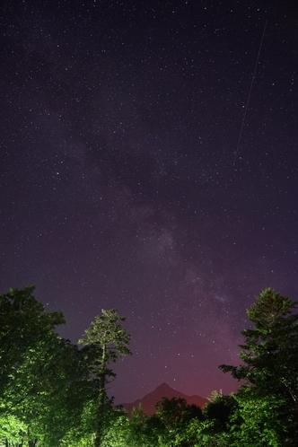 林に囲まれたペンションのテラスから『利尻富士』『天の川』『流れ星』