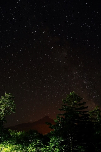 林に囲まれ静かな場所にあるペンションのテラスから利尻山と満天の星空☆