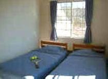 シンプルで清潔な客室