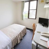 *シングルルーム一例/窓の外にはのどかな風景が広がる明るいお部屋