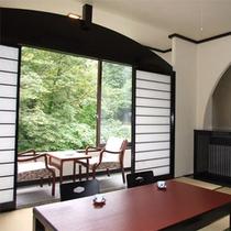 *和室8畳一例/黒塗りの欄間がモダンな雰囲気、窓の外の緑も清々しい純和風のお部屋。