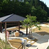 *施設周辺/鴬宿温泉街にある足湯。自然に囲まれてのんびりとしたひとときを。