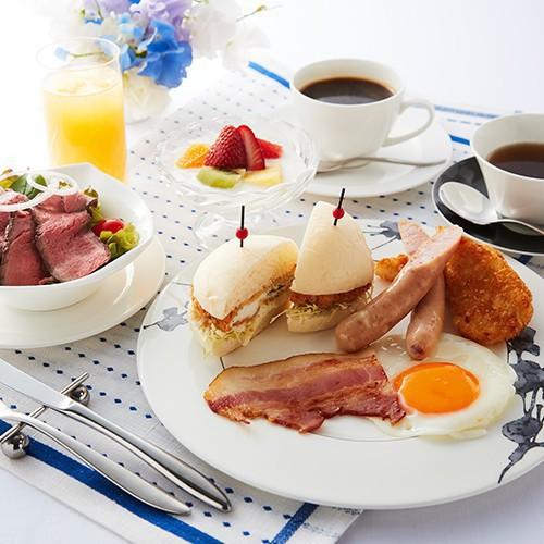 ラウンジRの洋朝食はフィッシュバーガーやフルーツヨーグルト。ソーセージやサラダなど栄養満点メニュー!