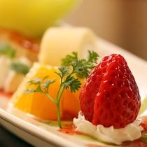 【夕食】季節のフルーツやケーキを飾ったカップルプランのデザートです。