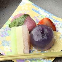 【夕食・デザート】玉水晶の紫芋と桜三色と道明寺とイチゴ