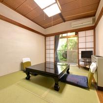 *お食事処(個室)/旬の恵みを味わえる割烹料理は、四季折々の景観が美しい日本庭園が見える個室で。