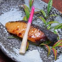 *お夕食一例(焼き物)/一切れ一切れ丁寧に焼き上げた西京焼。口に広がるお味噌の香りが◎