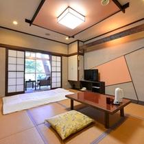 *1F和室8畳(客室一例)/広縁から日本庭園を臨むお部屋。時折聞こえるお池の鯉が跳ねる音に風情を感じる。