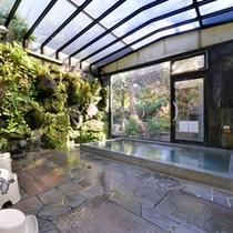 *大浴場/庭園を望む24時間入浴可能な岩風呂。天窓から差し込む優しい光とともに癒しのひと時を。