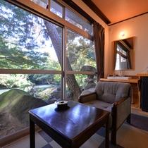 *1F和室8畳(客室一例)/広縁から望む日本庭園。旅情に浸るひと時をお過ごし下さい。