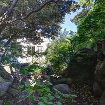 *お食事処から望む日本庭園/料理や設えを通して四季を感じる-非日常の世界へ誘います。