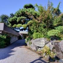 *利根川の清流を背景に臨む敷島公園内に佇む当館。割烹料理旅館ならではの上質な味わいに癒されて。