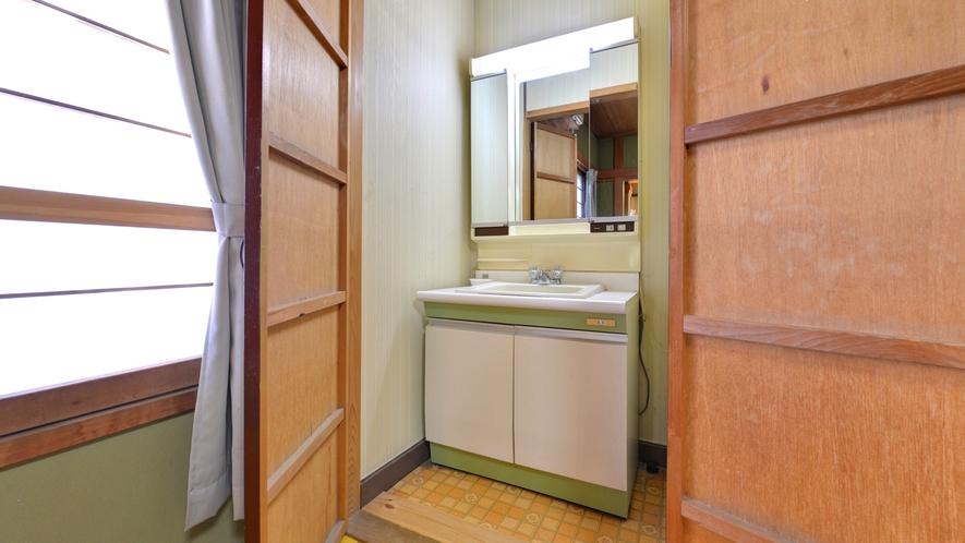 *2F和室8畳+6畳(客室一例)/グループやご家族でのご宿泊にオススメ!洗面スペースもございます。