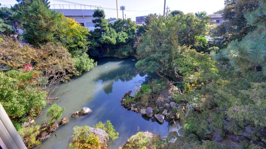 *お部屋からの景観(2F和室8畳+6畳)/四季折々の景観に彩られた日本庭園全体をご覧いただけます。