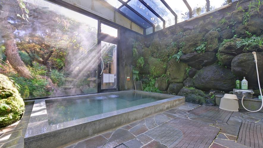 *大浴場/庭園を望む岩風呂。天窓から差し込む優しい光とともに癒しのひと時を。