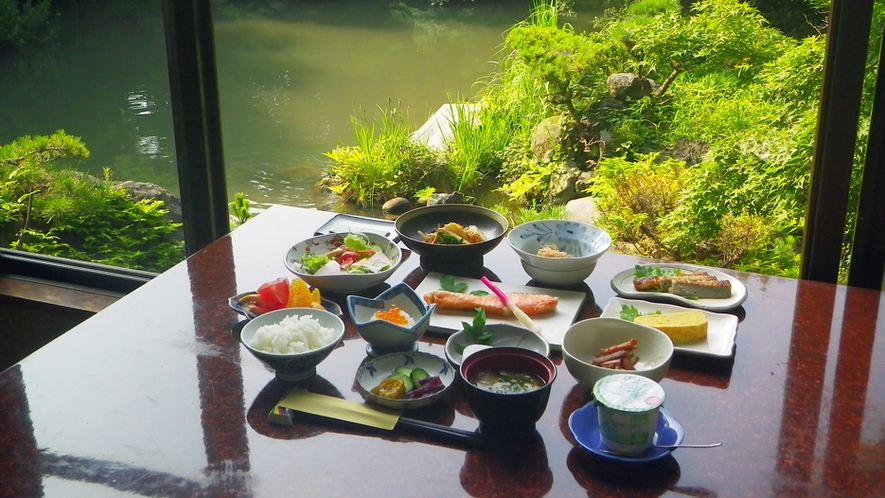 *朝食一例/ふっくら焼かれた焼き魚など、品数豊富なおかずを炊き立てごはんとご一緒に。