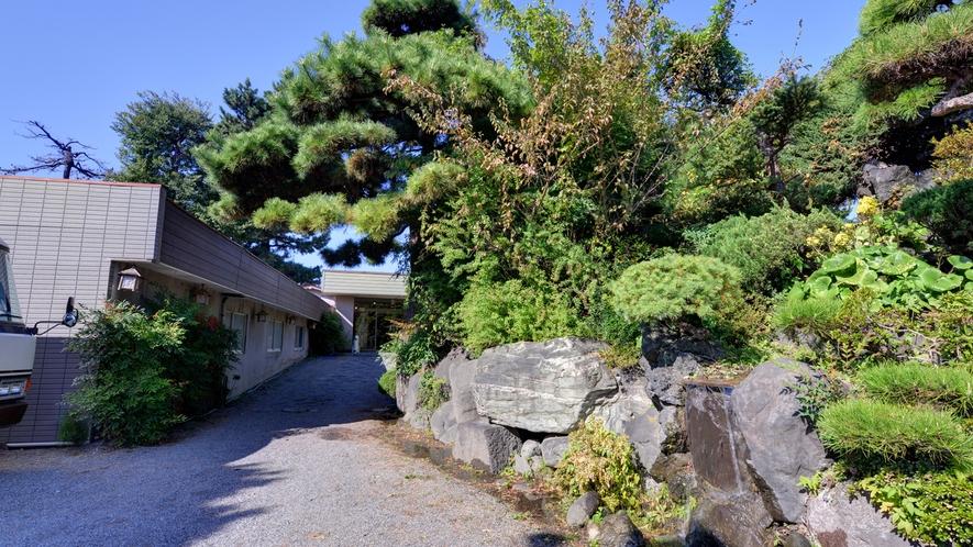 *利根川の清流を背景に臨む敷島公園脇に佇む当館。割烹料理旅館ならではの上質な味わいに癒されて。