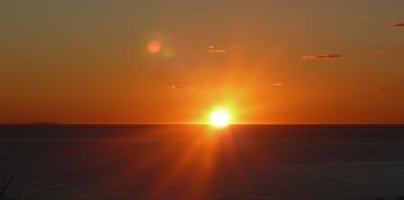水平線の朝日・横長