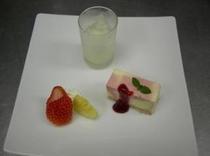 コースのデザート(一例フランボワーズとチーズのマーブルケーキ・湯河原レモンのグラニテソーダ割り・季節のフルーツ添えa)