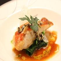料理長が当日厳選した旬の魚を使ったソテー(写真は金目鯛のソテー)
