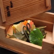 桜の香りとともに嗜む『鯛の葉桜寿司と錦紙寿司』