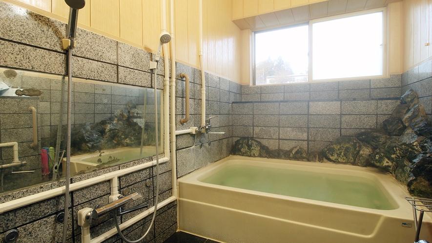 館内のお風呂は小さいながら人工温泉(貸切でのご利用はご相談ください)