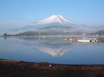 春の山中湖-ホワイトウィング前から撮りました。