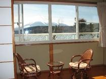 和室から富士山と山中湖をお楽しみいただけます。