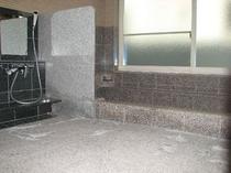 広めの浴槽と洗い場になりましたのでゆっくりお入りいただけます