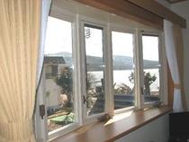 洋室A(バス/トイレ付)山中湖が眺められます。