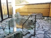 【男性露天風呂】その昔タヌキが傷を癒したという伝説が残る温泉です。