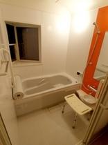 【バリアフリースイートルーム】 バスルームの色も違います。パウダールーム・ウォシュレットトイレ有