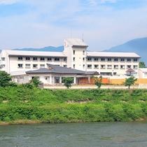 *【外観】最上川沿いに佇み、雄大な自然に包まれる当館。