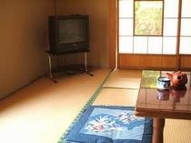いなかに戻ったような風情が漂う湯治部和室。障子の向こうには室内キッチンがある