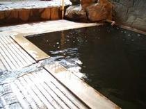 混浴「いさぜんの湯」。敷地内で自噴する新陳代謝を高める名湯。