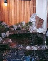中浴場には露天風呂付き。男女時間交代制だよ!