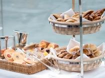 毎朝焼き立てのパンは食べ放題です。