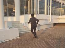【海の生簀付プラン】スタッフが急いで厨房へ向かい、これ以上ない鮮度のお魚料理をご提供します。