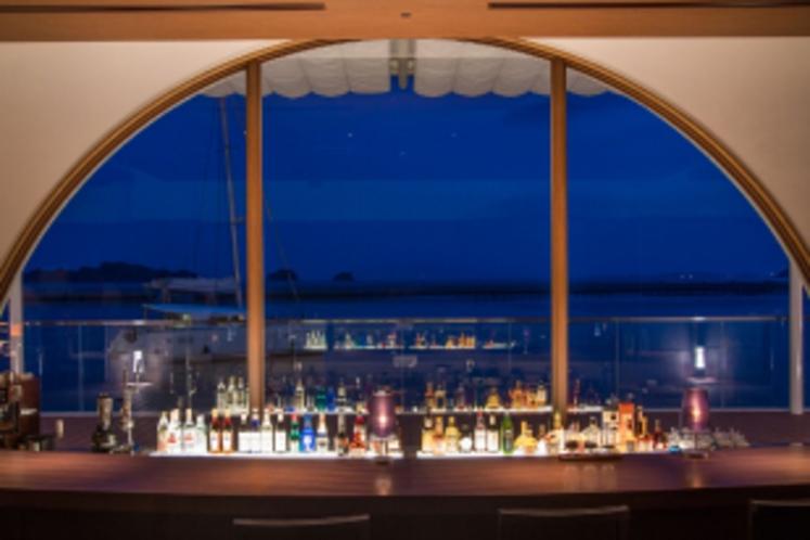 カウンター席から見える瀬戸内海(夜景)