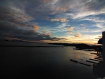 夕刻には、夕陽にオレンジ色に染まる空と海の自然が織りなすコントラストがご覧頂けます。