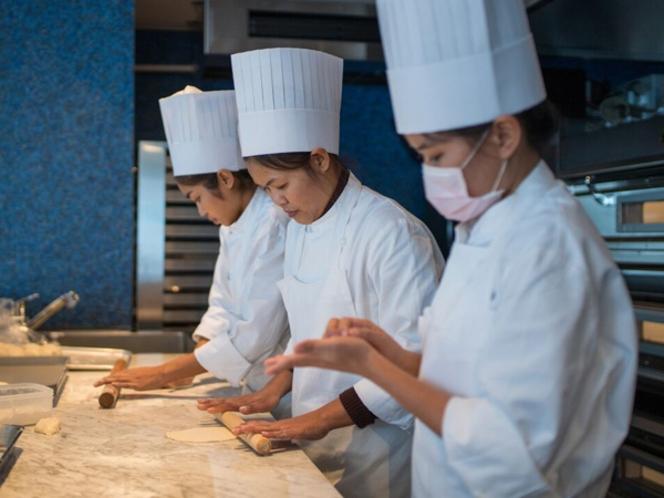 ホテル専属のパン職人が毎朝一つ一つ丁寧に作った