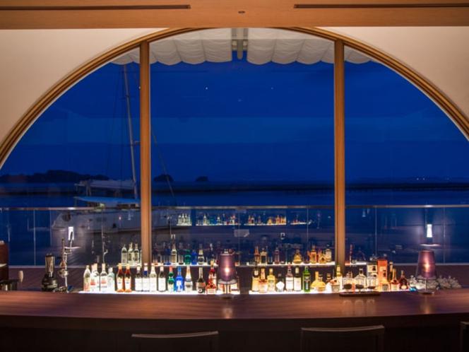 【バーカウンター】静かな夜の海を眺めながら、しっとりと落ち着いた時間をお過ごし下さい。