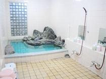 【女性浴場】岩風呂のような風情のある浴室です。