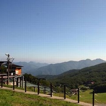 【壮大な景色】澄み切った空と眼下に広がる山々を眺めながら深呼吸