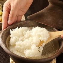 【夕食・ご飯】土鍋で炊くご飯が人気です/例